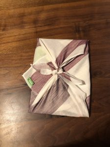 Geschenke verpacken mit Furoshiki-Tüchern